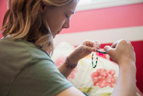 Girl with pliers making braceletの写真素材 [FYI02306952]