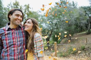 Romantic young couple standing in parkの写真素材 [FYI02306971]
