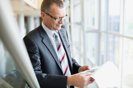 Businessman analyzing pie chartの写真素材 [FYI02307120]