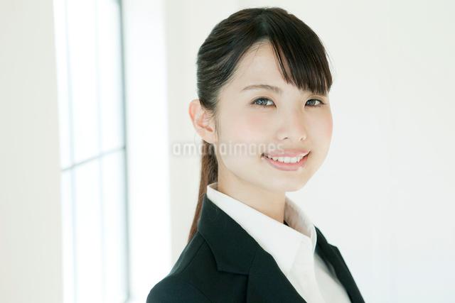 スーツ姿の若い女性の写真素材 [FYI02307547]