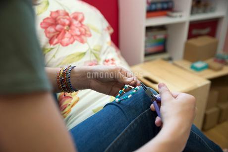 Girl with pliers making braceletの写真素材 [FYI02308073]