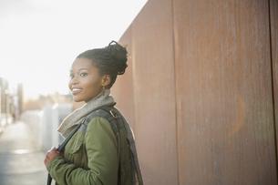 Smiling woman looking away outdoorsの写真素材 [FYI02308291]