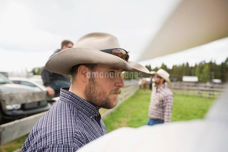 Cattle rancher in cowboy hat looking awayの写真素材 [FYI02308355]