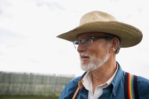 Senior cattle rancher in cowboy hat and suspendersの写真素材 [FYI02308372]