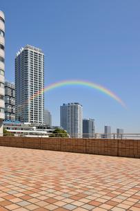 ヨコハマポートサイド地区のタワーマンション群と虹の写真素材 [FYI02308598]
