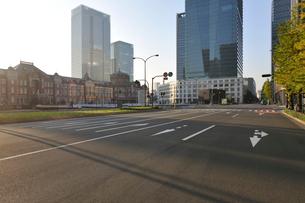 東京駅と早朝の丸の内の高層ビル群の写真素材 [FYI02308611]
