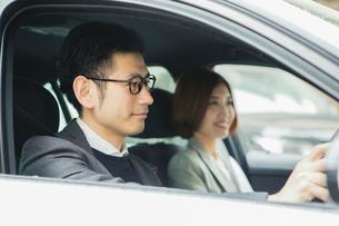 車を運転する男性と助手席に座る女性の写真素材 [FYI02308612]