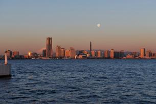 富士山と朝日に輝くみなとみらいのビル群と満月の写真素材 [FYI02308625]