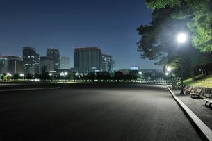 深夜の皇居外苑の写真素材 [FYI02308633]