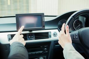 車を運転する男女の手元の写真素材 [FYI02308647]