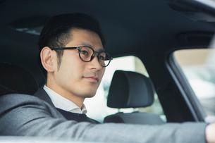 車を運転する30代男性の写真素材 [FYI02308662]
