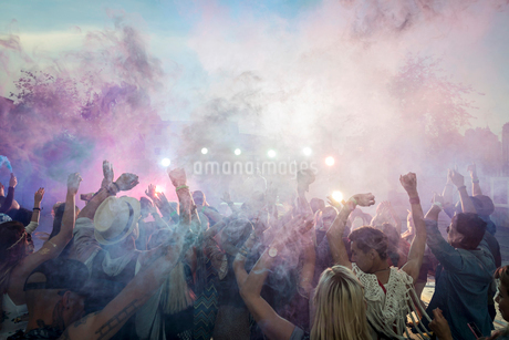 Powder over dancing crowd at summer music festivalの写真素材 [FYI02308694]