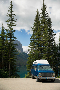 Camper van parked at remote mountain lakesideの写真素材 [FYI02308804]