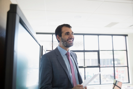 Smiling businessman leading meeting in conference roomの写真素材 [FYI02308937]