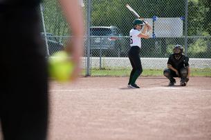 Middle school girl softball player ready to batの写真素材 [FYI02309110]