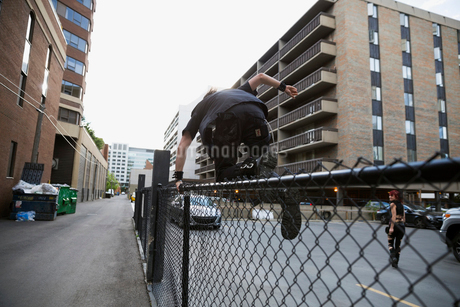 Man jumping urban fenceの写真素材 [FYI02309156]