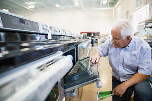 Senior man shopping for oven in appliance storeの写真素材 [FYI02309201]