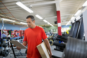 Worker with clipboard in home gym equipment storeの写真素材 [FYI02309317]