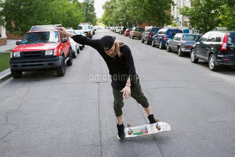 Cool young man skateboarding in urban streetの写真素材 [FYI02309630]