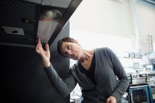 Woman shopping for range hood in appliance storeの写真素材 [FYI02309636]