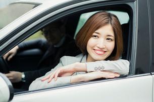助手席に座る笑顔の女性と運転する男性の写真素材 [FYI02309679]