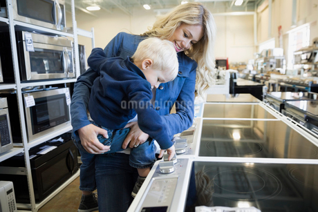 Mother and son shopping for stove in appliance storeの写真素材 [FYI02309827]