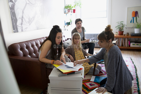 Young activists meeting and planning in living roomの写真素材 [FYI02309925]
