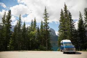 Camper van parked at remote mountain lakesideの写真素材 [FYI02310067]