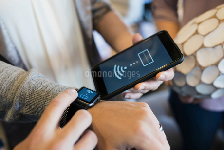 Close up man paying using smart watch contactless paymentの写真素材 [FYI02310164]