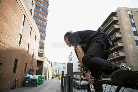 Cool man jumping urban fenceの写真素材 [FYI02310276]