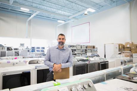 Portrait confident salesman in appliance storeの写真素材 [FYI02310339]