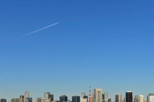 飛行機雲と都心のビル群の写真素材 [FYI02310656]
