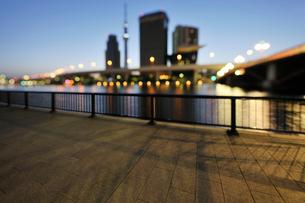 夜明けの隅田川と隅田川テラスの写真素材 [FYI02310709]