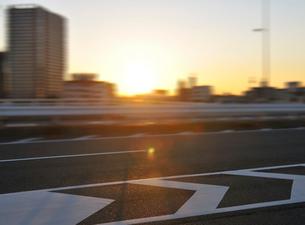 第一京浜国道と朝日の写真素材 [FYI02310714]