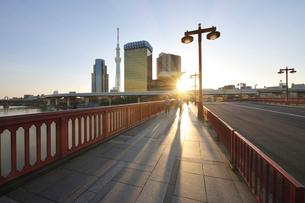 吾妻橋と日の出の写真素材 [FYI02310764]