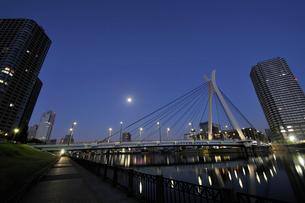 満月の隅田川と深夜の高層ビルの写真素材 [FYI02310832]