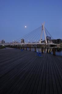 満月と隅田川の夜明けの写真素材 [FYI02310845]