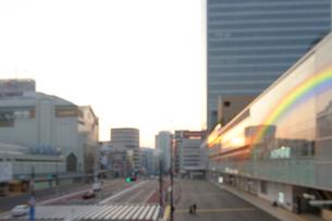 朝日に輝く新宿駅南口の写真素材 [FYI02310849]