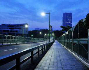 夜明けの青山陸橋の写真素材 [FYI02310852]