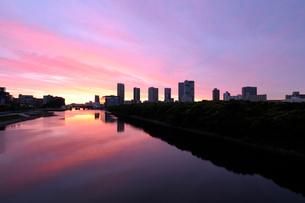 朝焼けの東雲運河と高層ビル群の写真素材 [FYI02310877]