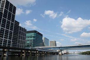 京浜運河と品川シーサイドのビル群の写真素材 [FYI02310879]