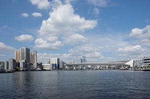 京浜運河より見る東京港とビル群の写真素材 [FYI02310890]