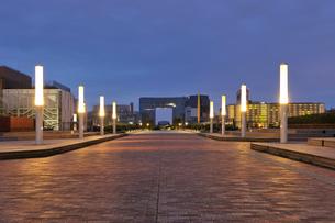 夜明け前のウエストプロムナードの写真素材 [FYI02310907]