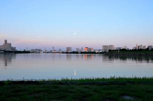 お台場の満月と朝日に輝くビル群の写真素材 [FYI02310925]