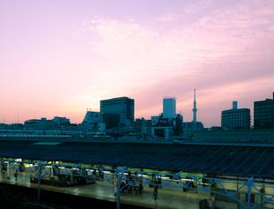 JR上野駅と朝焼けのビル群の写真素材 [FYI02310928]