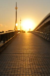 夕日とあけみ橋の写真素材 [FYI02310980]