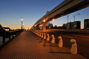 夕焼け空とあけみ橋の写真素材 [FYI02311024]