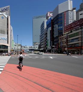 JR新宿駅南口方向の眺めの写真素材 [FYI02311030]