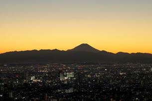 サンシャイン60展望台から見る富士山とJR中野駅方向の眺めの写真素材 [FYI02311075]