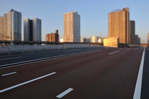 朝日に輝く高層タワーマンションと港南大橋の写真素材 [FYI02311076]